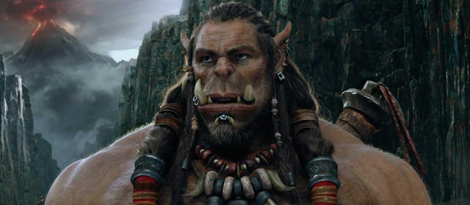Für die Horde! Der Tätowierer fügte Reißzähne ein und verwandelte sich in einen Ork wie in World of Warcraft - Foto und Video