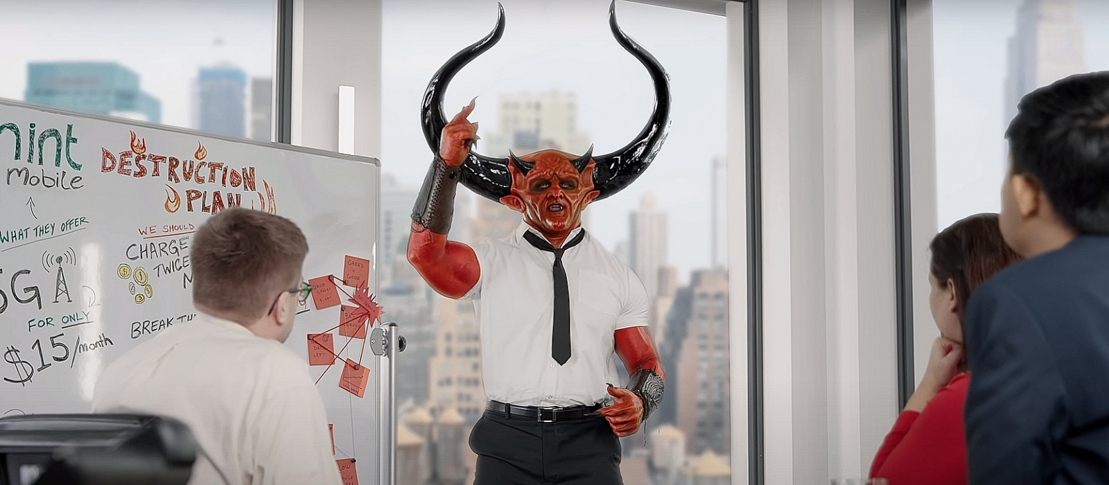 Ryan Reynolds zeigte eine lustige Werbung mit Satan.  Darin zeigt er seinen Traumjob.