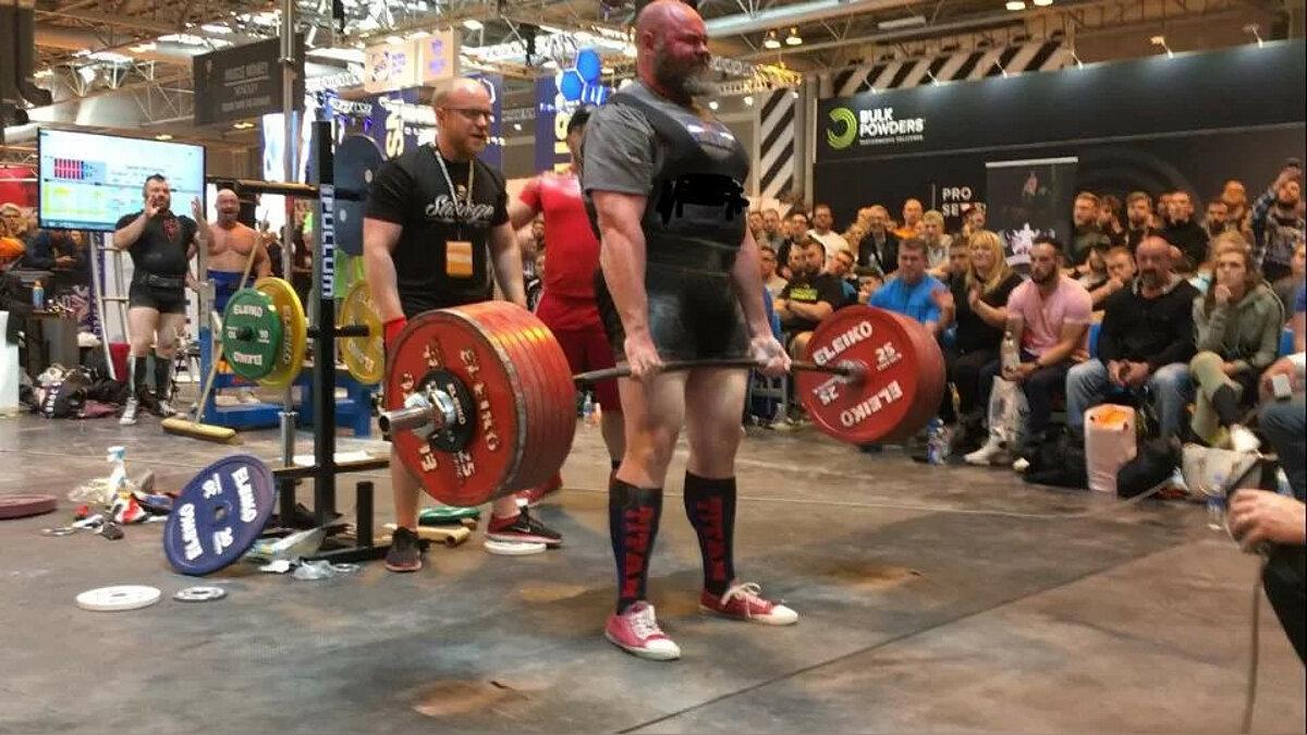 Darren McCormack hebt eine 380 kg schwere Schale